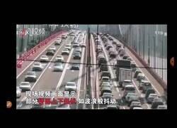 Enlace a Un puente en China se tambalea