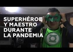 Enlace a Un profesor imparte clases online vestido de superhéroe