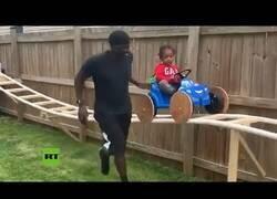 Enlace a Un hombre construye una montaña rusa en su jardín para su hijo