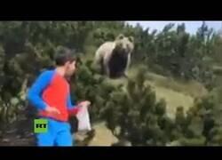 Enlace a Un niño escapa de un oso de manera astuta
