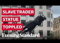 Enlace a Manifestantes en Bristol tiran abajo la estatua de un antiguo comerciante esclavista