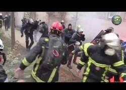 Enlace a Pelea entre policías y bomberos durante las protestas en Paris