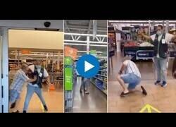 Enlace a Un hombre intenta entrar a la fuerza en un supermercado sin mascarilla
