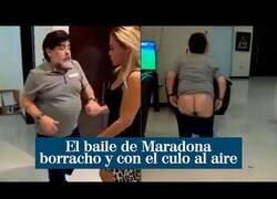 Enlace a Maradona hace un calvo bailando borracho