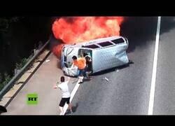 Enlace a Un motorista rescata a 3 personas de un coche en llamas en China