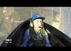 Enlace a Un piloto de la segunda guerra mundial de 96 años vuelve a subirse a un avión de combate