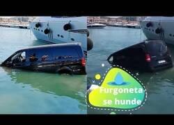 Enlace a Una furgoneta se precipita al agua y acaba hundida entre dos yates en Marina Botafoch