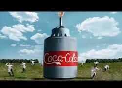 Enlace a Un 'youtuber' ruso hace una tremenda reacción química 'volcánica' con 10.000 litros de Coca-Cola y bicarbonato de sodio