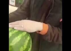 Enlace a Encuentran una sandía en un supermercado ruso en el que parece que está viva