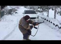 Enlace a Una abuela rusa probando una Kalashnikov