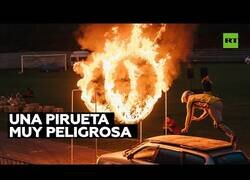 Enlace a Acróbata sufre un terrible accidente al atravesar unos anillos en llamas desde un auto en movimiento
