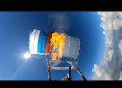 Enlace a Un hombre dispara una bengala contra su propio paracaídas