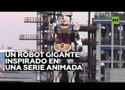 Enlace a Fabrican un robot gigante inspirado en la serie animada 'Gundam'