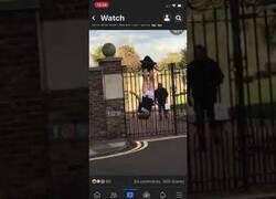 Enlace a Policía queda enganchado de los pantalones tras intentar perseguir a un ladrón
