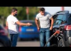 Enlace a Conduciendo con la manguera de la gasolinera puesta [CÁMARA OCULTA]