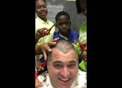 Enlace a Profesor pierde apuesta y se deja cortar el pelo por sus alumnos