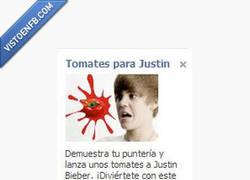 Enlace a Lanza unos tomates a Justin