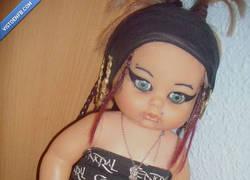 Enlace a La muñeca de la 1ª comunión convertida en choni