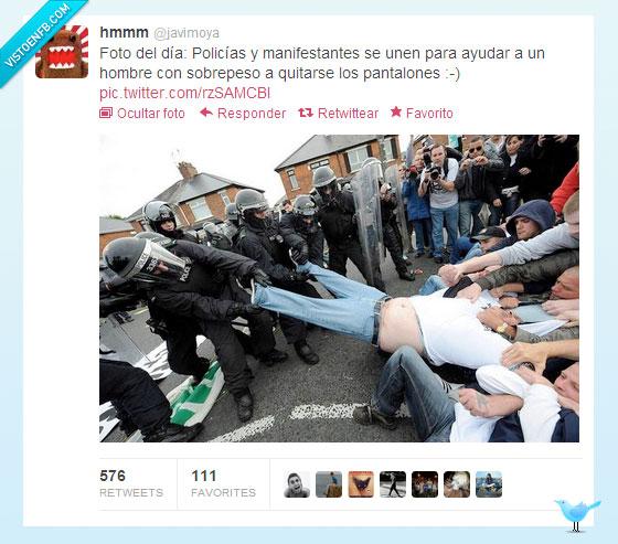antidisturbios,ayudar,gordo,manifestantes,pantalones,sobrepeso