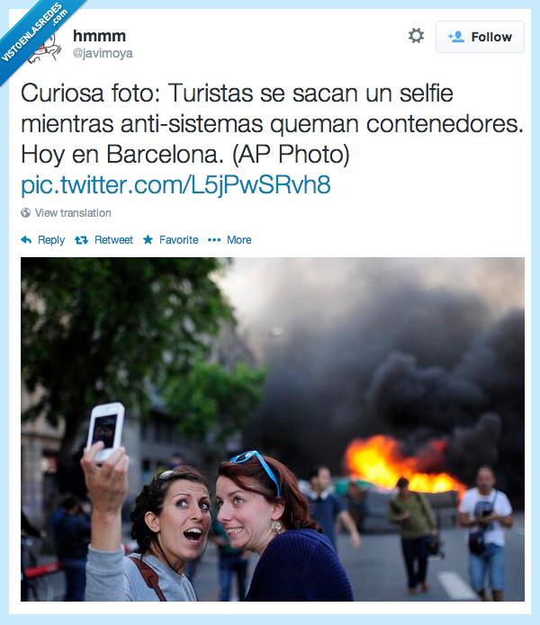 antisistema,autofoto,barcelona,contenedores,fuego,queman,selfie,turista