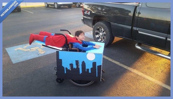 ciudad,cuerpo,disfraz,halloween,silla de ruedas,superman,volar