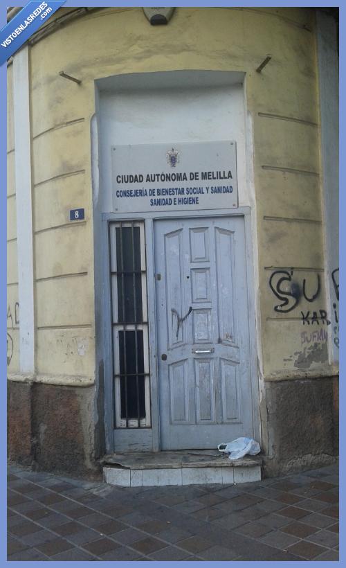 bienestar,conserjeria,cutre,decrepito,higiene,Melilla,porteria,puerta,sanidad,social,sucia