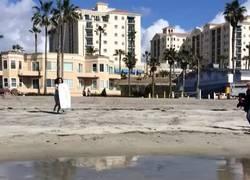 Enlace a Cuando el postureo en la playa te sale mal... [VINE]