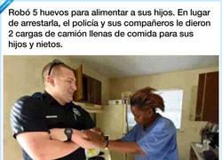 Enlace a Admirable lo que hacen estos policías con esta mujer tras pillarla robando