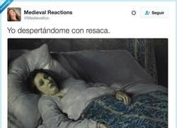 Enlace a Yo despertándome con resaca, por @Medievalico