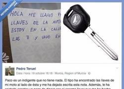 Enlace a Un indigente en Murcia se encuentra con las llaves de una moto y pasa ESTO