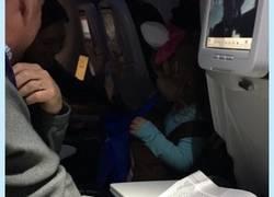 Enlace a Su hija se pierde Halloween porque esta en un avión y monta esto para hacerla feliz