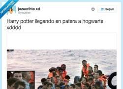 Enlace a Potter cambia el Hogwart Express por la patera mágica @yisucrist
