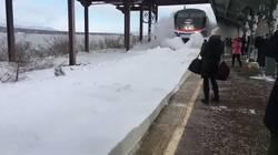Enlace a Cuando el tren llega a un andén al que no le habían retirado la nieve por @belxab