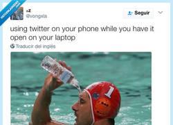 Enlace a Usando twitter en el móvil mientras lo tienes abierto en el móvil, por @vongxla