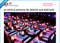 Enlace a Cuando estás soltero y vas solo al cine, por @cmnspanshgirl