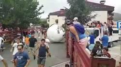 Enlace a Un genio sustituye los encierros con toros por una bola de 300kg y el resultado es nefasto