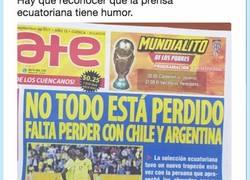 Enlace a El titular de este periódico nos ha dado una lección de sentido del humor, por @eabusad