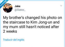 Enlace a Mi hermano ha cambiado su foto de las escaleras por una de Kim Jong Un y mi madre sigue sin notarlo