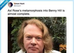 Enlace a Axl Rose de Guns N' Roses está envejeciendo de pena y se parece mucho a Benny Hill