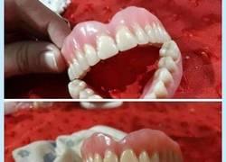 Enlace a Cuando te encuentras una dentadura postiza y le sale comprador surrealista