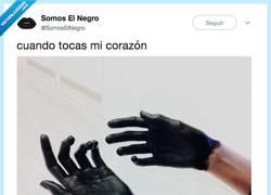 Enlace a Negro como el carbón, por @SomosElNegro