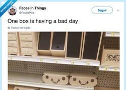 Enlace a La caja lleva un mal día, por @FacesPics