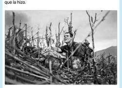 Enlace a Se hace viral este hilo que explica la historia que hay de esta triste fotografía de guerra, por @jpartej