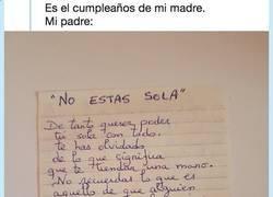 Enlace a Su padre le escribe una carta a su madre que nos ha hecho recordar que es el amor de verdad, por @Sinahdeez