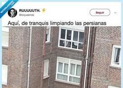 Enlace a Todavía estamos flipándolo fuerte al ver a esta señora (loca) limpiar las ventanas, por @loqueenda