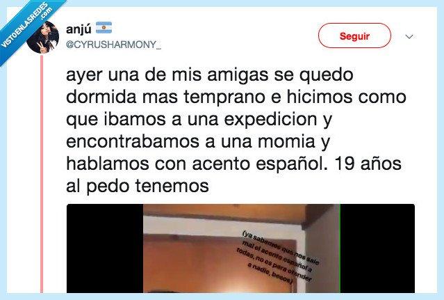 492022 - Unas argentinas le gastan una broma a una amiga imitando el acento español y no se puede aguantar de lo gracioso que es