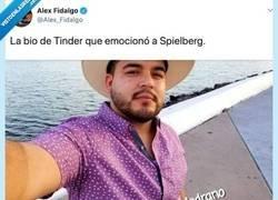 Enlace a Hemos encontrado la bio de Tinder que emocionó a Spielberg (lo haría llorar de la risa), por @Alex_Fidalgo
