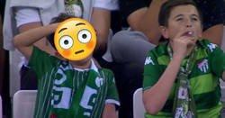 Enlace a El vídeo de un niño fumando en un estadio de fútbol tiene truco. No es lo que parece