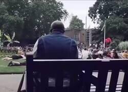 Enlace a Un señor cantando solo en un parque a Bon Jovi. Al final toda la gente se le une