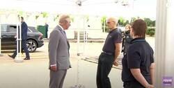 Enlace a Un hombre se desploma delante del príncipe Carlos y se queda inmóvil sin saber qué hacer